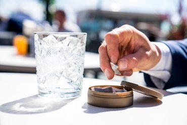 Illustrasjon av snusboks på kafebord